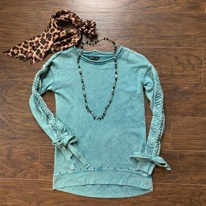 Blue sweatshirt with bows and rivets